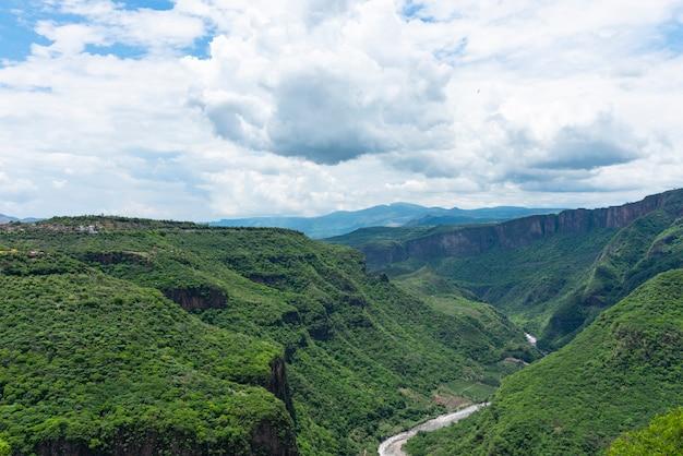 멕시코 과달라하라 시의 바랑카 데 우엔티탄 산 꼭대기의 공중 전망