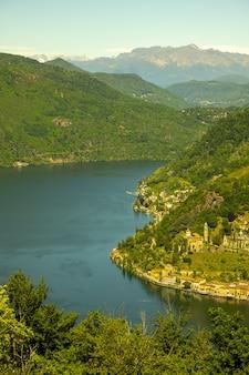 高山のルガーノ湖と山のあるモルコテの空撮