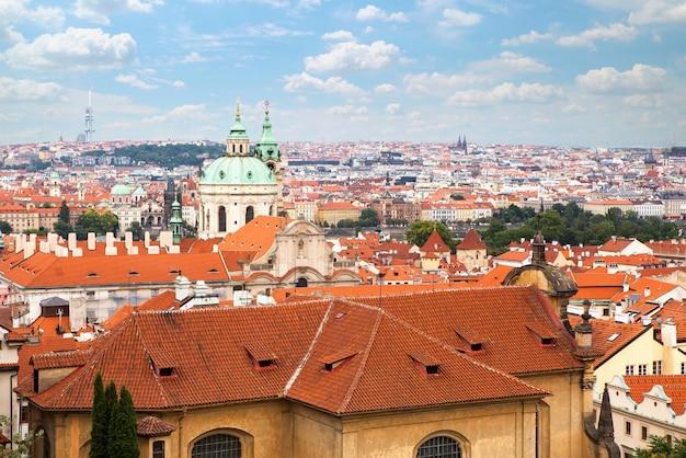Вид с воздуха на старый город в праге с куполами церквей