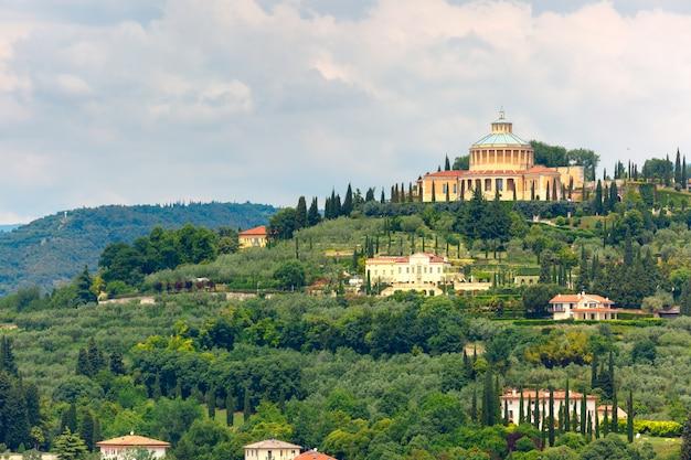 Вид с воздуха на святилище мадонны лурдской в вероне, италия