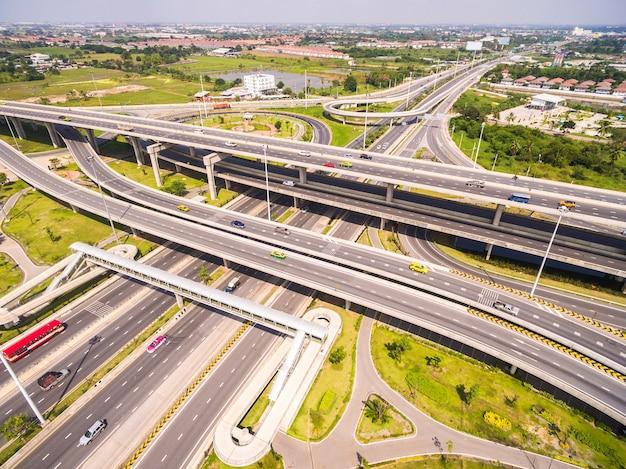 道路と高速道路上空、都市の高速道路インターチェンジの空撮、ショット