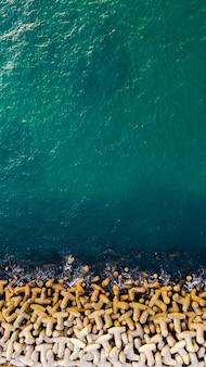 晴れた夏の日の海と防波堤の空撮