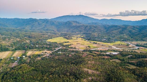 Вид с воздуха на город пай. пай - небольшой городок вокруг горы в провинции мэхонгсон на севере таиланда.