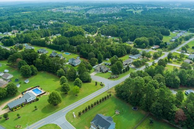米国サウスカロライナ州の郊外開発にある住宅街のボイリングスプリングスの小さな町のパノラマの空撮パノラマ