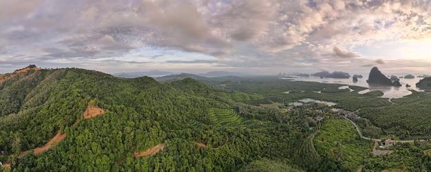 夕日の時間の空中写真パノラマ自然山の風景。