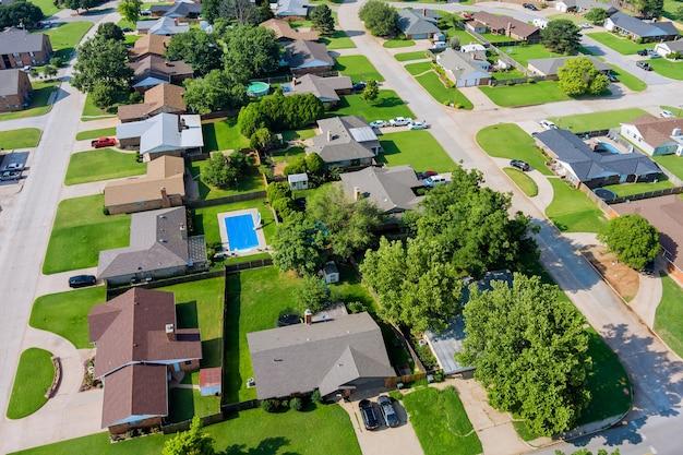 郊外開発の住宅街のクリントンの小さな町の都市の空撮パノラマ...
