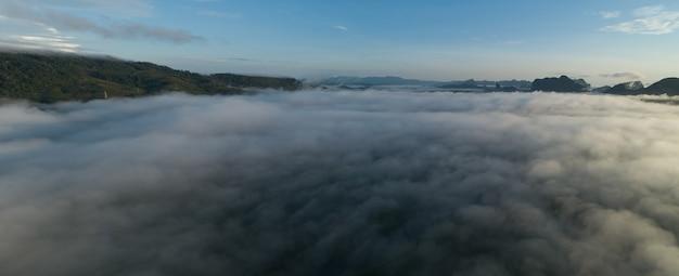공중 보기 산 열 대 우림에 흐르는 안개 파도의 파노라마 th 통해 새 눈 보기 이미지