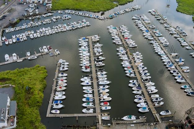 海の小さな桟橋マリーナのボートのための空撮パノラマウッドプラットフォーム
