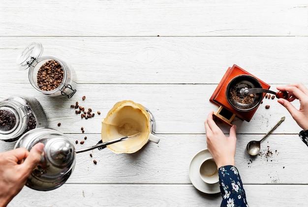 Vista aerea di persone che preparano caffè a goccia