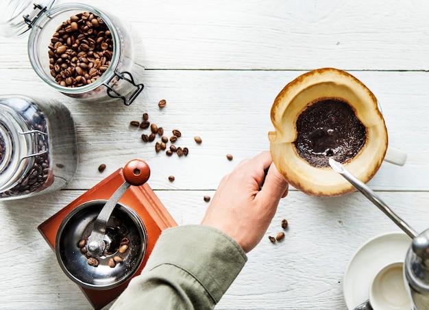 Vista aerea di persone che fanno caffè a goccia
