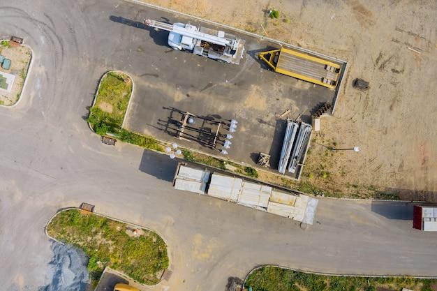 建材の上からの建設現場ゾーンの空撮準備