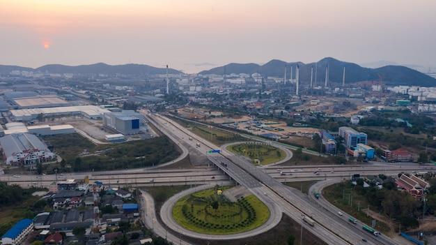 태국의 공중보기 순환 도로 산업 및 정유 생산 공장 배경