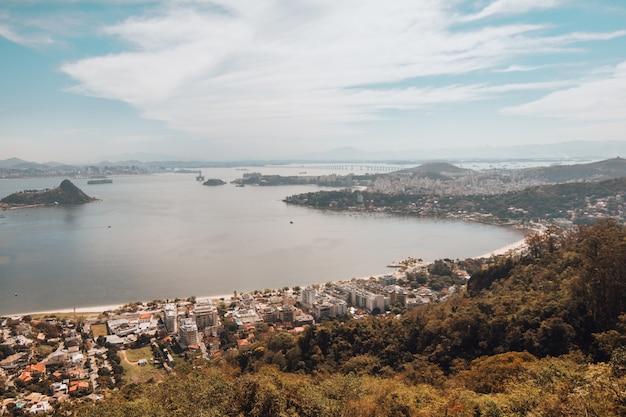 Veduta aerea di rio sulla riva del mare