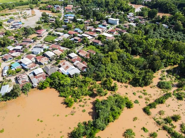 공중보기 강 홍수 마을 시골 아시아와 숲 나무, 위에서 물이 범람하는 탑 뷰 강, 비가 내린 후 야생 물이 흐르는 정글 호수를 흐르는 성난 강
