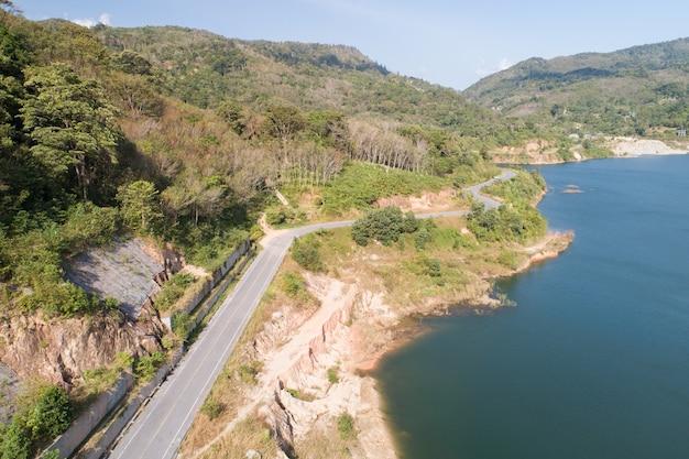 댐 호수 주위 공중 보기도로 숲 나무 풍경입니다.