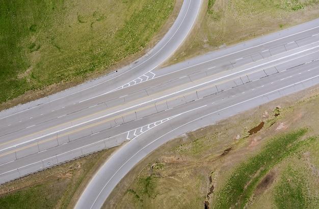 夏の空撮道路ジャンクションインターチェンジ高速道路