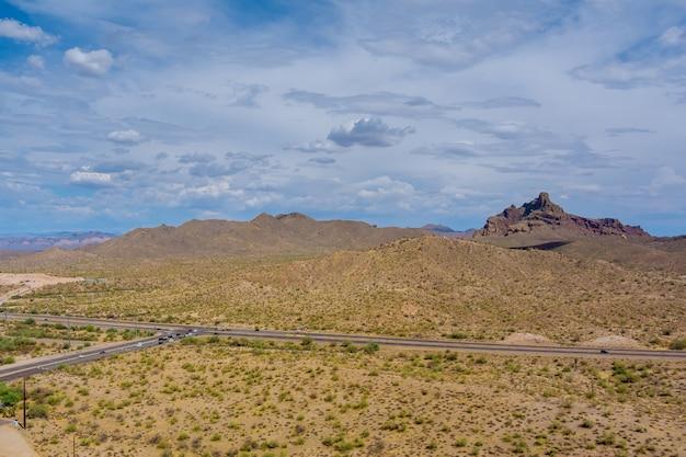 애리조나 고속도로 한가운데에 있는 높은 사막의 공중 전망 바위산
