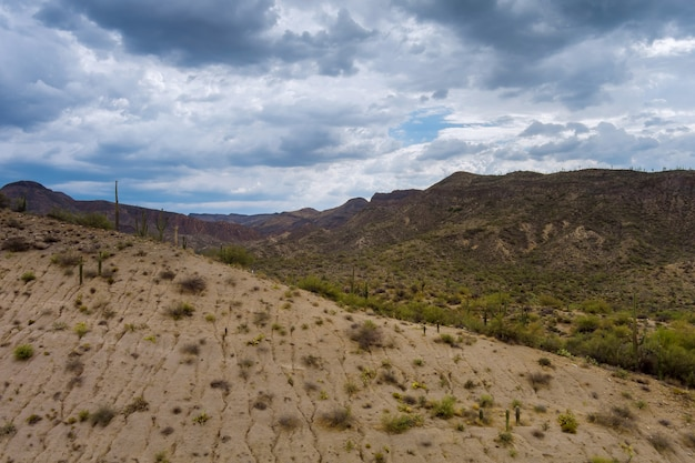 애리조나의 높은 사막에서 공중보기 바위 산