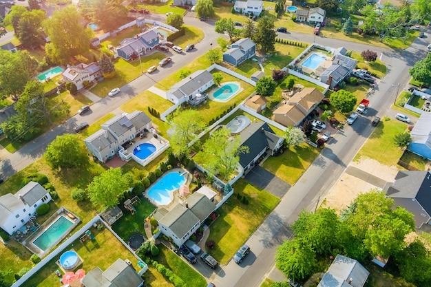 川沿いの町の空中写真の屋根は、都市景観のイーストブランズウィックを収容しています