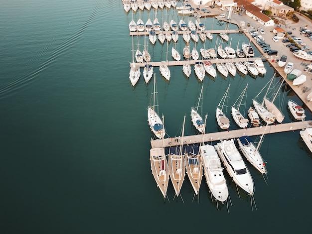 Вид с воздуха, парусные яхты, моторные яхты и катамараны, хорватия