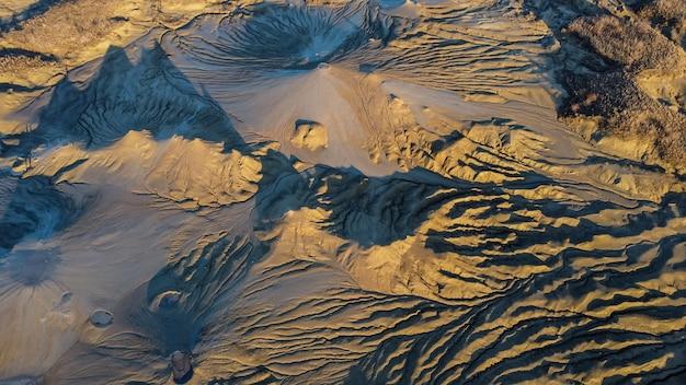 ルーマニアの泥だらけの火山の空撮風景