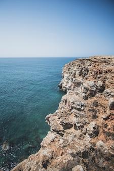 Vista aerea del mare e delle scogliere
