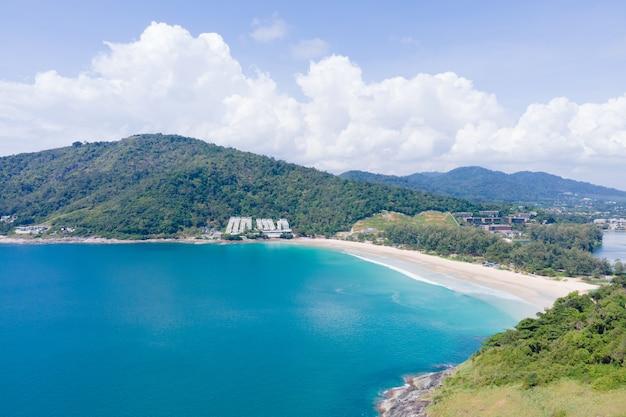 Вид с воздуха на морской пейзаж и пляж горный фон