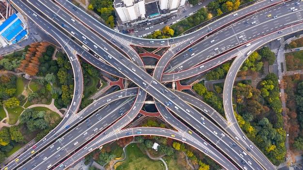 Аэрофотоснимок шанхая, впечатляющая возвышенность шоссе и сближение дорог, мостов, развязок и путепроводов, виадуков в шанхае, развития транспорта и инфраструктуры в китае.