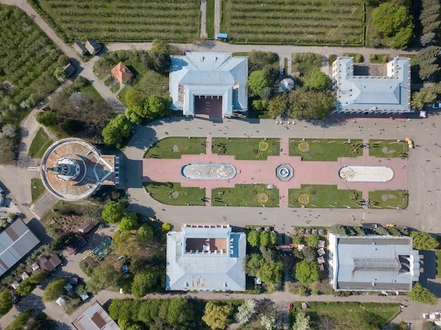 Аэрофотосъемка с дрона центральной симметричной площади национального выставочного центра