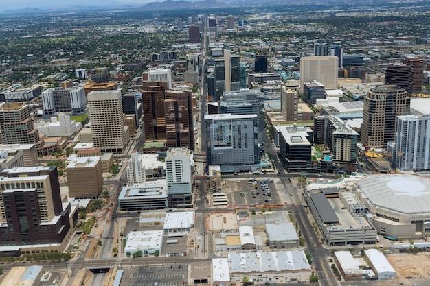 Вид с воздуха на торговый центр и стоянку в центре города феникс, штат аризона, сша