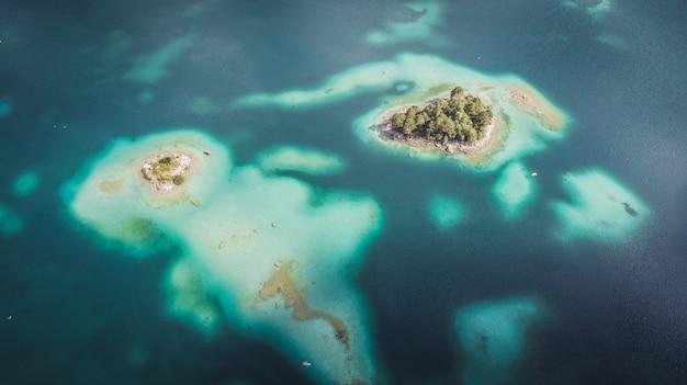 Вид с воздуха, застрелен беспилотник айбзее с островами и деревьями на берегу озера