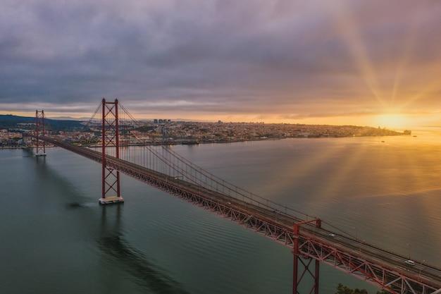 아름다운 일몰 동안 포르투갈에서 현수교의 공중보기 샷