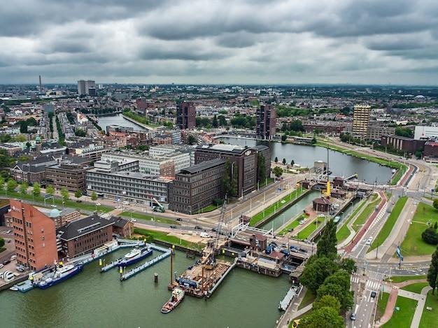 Colpo di vista aerea della città di rotterdam nei paesi bassi