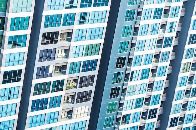 Veduta aerea del grattacielo con le finestre