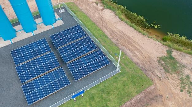 Вид с воздуха, солнечная панель, солнечная водонасосная система, установленная для сельскохозяйственного оборудования для полива полей.