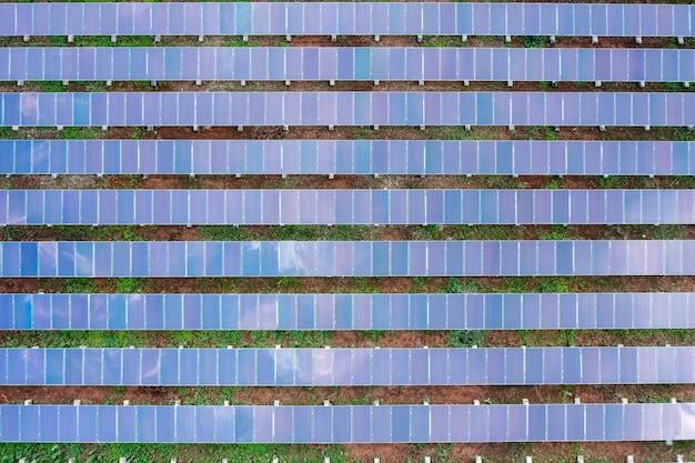 Солнечные панели с высоты птичьего полета или солнечные элементы в поле