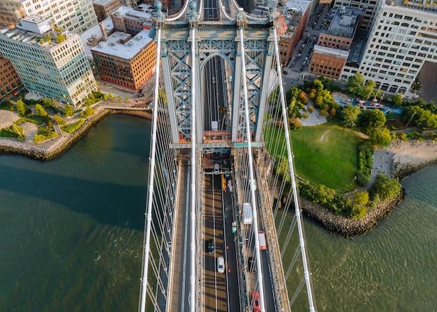 ブルックリンから見たマンハッタン橋で美しい空撮スタイルのニューヨーク市