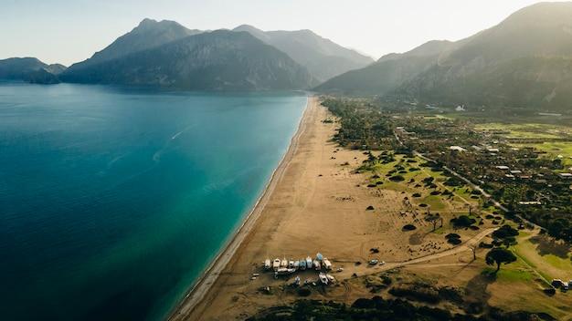 Вид с воздуха на курорт солнечный берег в турции с прекрасным видом на горы.