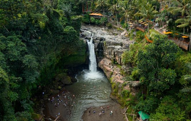 Vista aerea della cascata di tegenungan. ubud bali - indonesia