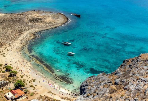 Вид с воздуха на удивительный пляж и авгиево море с бирюзово-лазурной водой отдых в греции