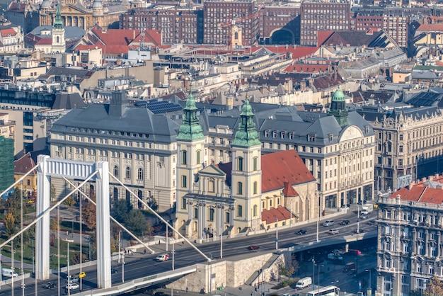 Вид с воздуха на мост елизаветы и историческую часть города будапешт, венгрия со старыми зданиями и домами в солнечный осенний день.