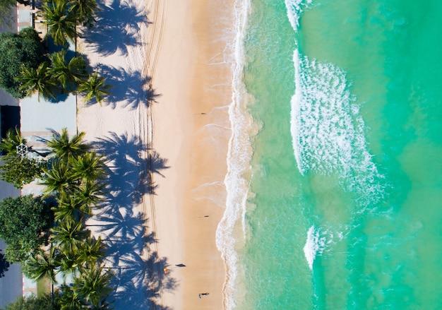 아름다운 파통 해변 푸켓 태국에 있는 코코넛 야자수의 공중 보기 안다만 해의 놀라운 바다 해변 모래 관광 여행지 2021년 9월 17일부터 2021년까지 아름다운 섬입니다.
