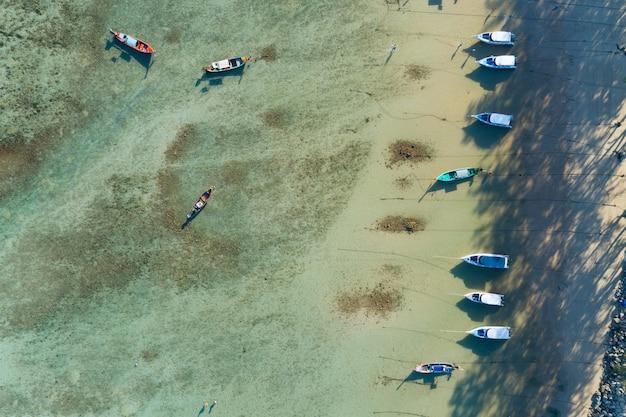 태국 푸켓의 아름다운 열대 바다에서 태국 전통 롱테일 낚시 보트의 공중 전망을 감상하실 수 있습니다.
