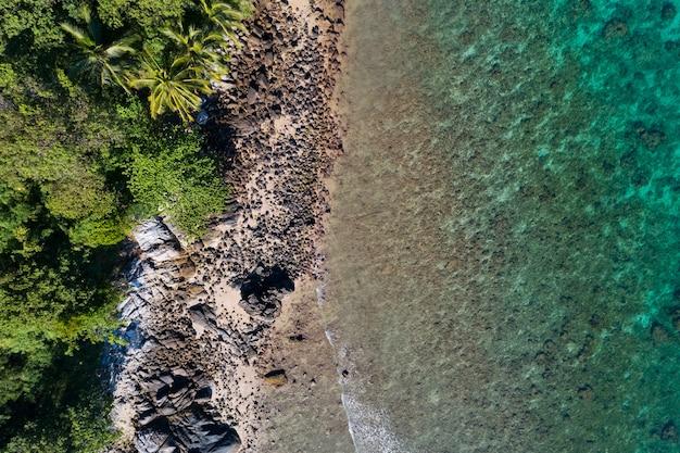 공중 보기 해변 아래로 화창한 날에 아름 다운 청록색 바다 표면 좋은 날씨 하루 여름 배경 놀라운 자연 바다 보기 배경입니다.