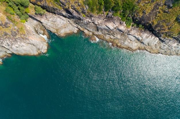 공중 보기 해변 아래로 화창한 날에 아름 다운 청록색 바다 표면 좋은 날씨 하루 여름 배경 아름 다운 섬 푸 켓 태국입니다.