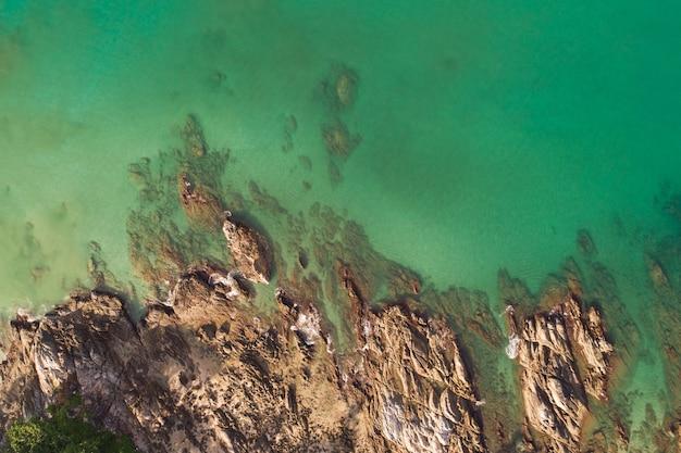 공중 보기 해변 아래로 화창한 날에 아름 다운 청록색 바다 표면 좋은 날씨 하루 여름 배경입니다.