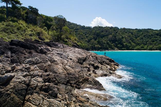 공중 보기 해변에 충돌 하는 해변 파도 하향식 화창한 날에 아름 다운 청록색 바다 표면 좋은 날씨 하루 여름 배경 놀라운 바다입니다.