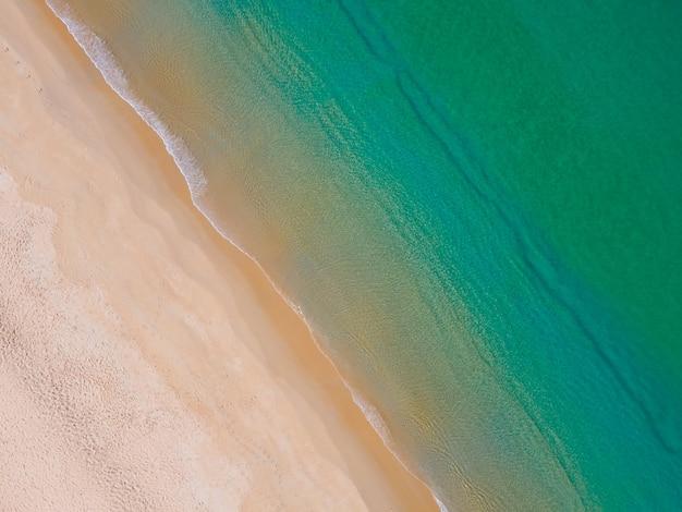 공중 보기 위에서 아래로 보기 화창한 날의 국소 해변