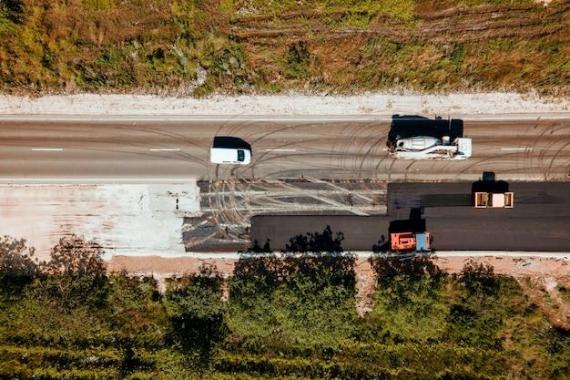 특수 차량의 공중보기 상위 뷰 그룹은 평지에서 도로 건설 도로 수리 작업을 다룹니다.