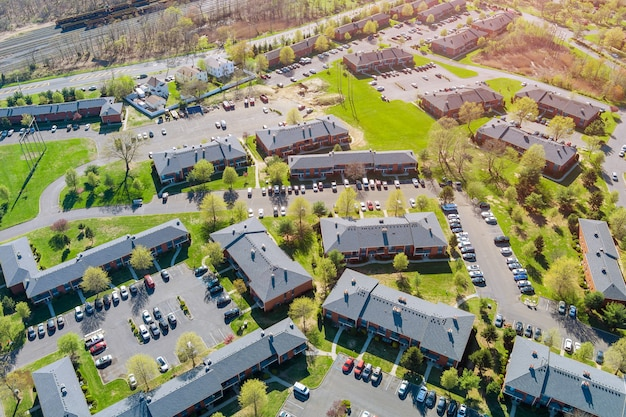 集合住宅の小さなアメリカの町の空撮都市景観スリーピングエリアの家の屋根